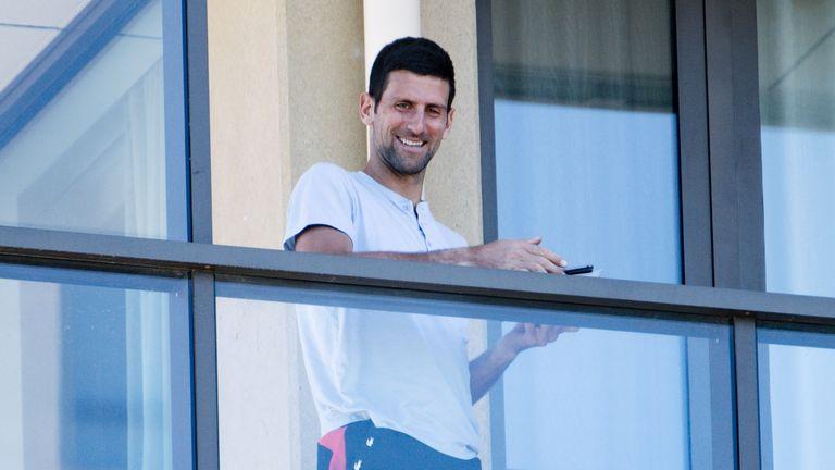 Le numéro un mondial des hommes sourit depuis son balcon en quarantaine