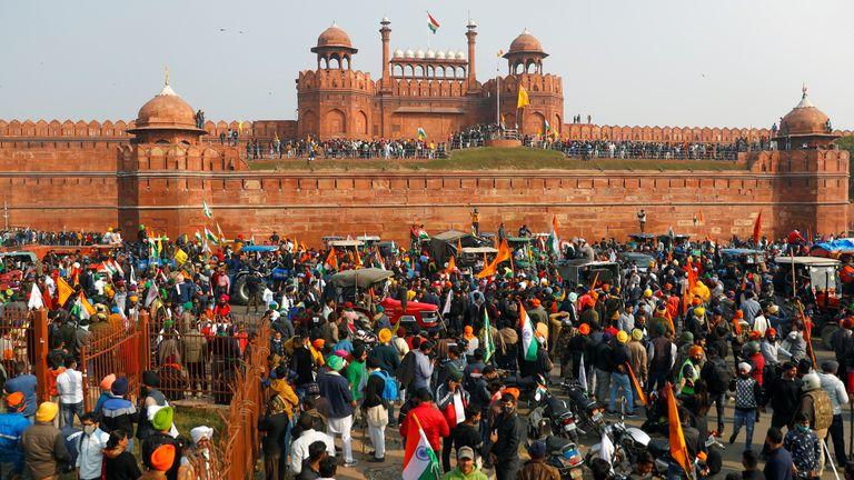 Des agriculteurs devant le fort rouge historique lors d'une manifestation contre les lois agricoles introduites par le gouvernement, à Delhi, en Inde, le 26 janvier 2021. REUTERS / Adnan Abidi / File Photo