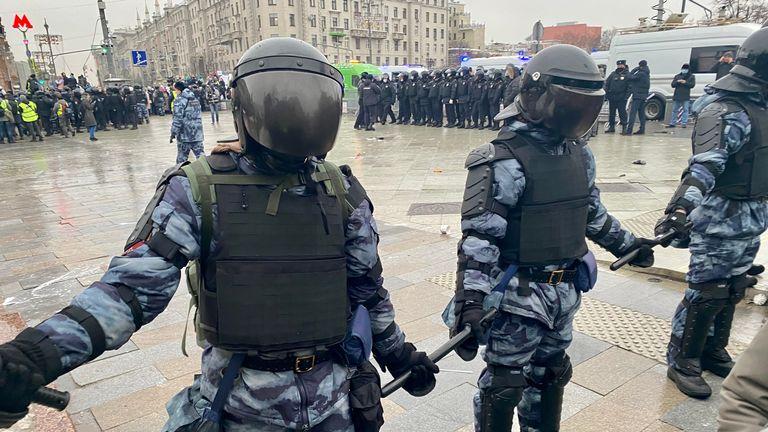 Matraques de liaison de la police à Moscou