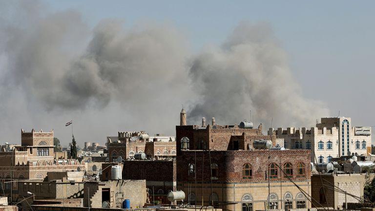 De la fumée s'échappe des sites de frappes aériennes menées par l'Arabie saoudite à Sanaa