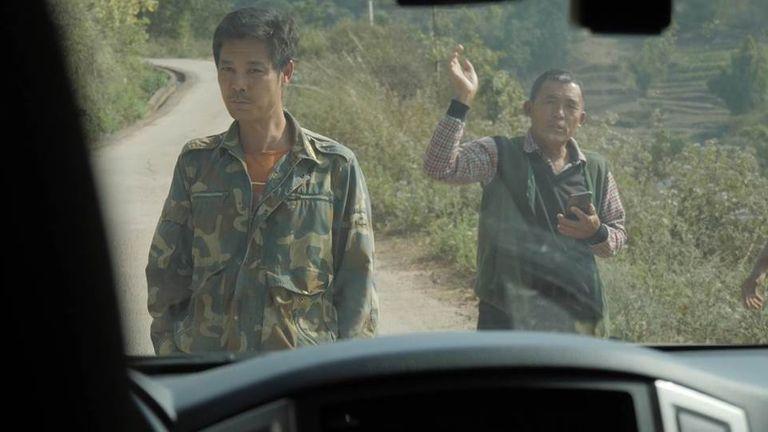 Des hommes ont empêché la voiture d'aller plus loin, niant l'existence de la grotte minière