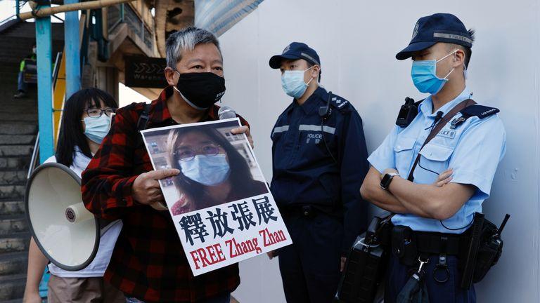 Les partisans de la démocratie protestent pour exhorter à la libération de 12 militants de Hong Kong arrêtés alors qu'ils auraient navigué vers Taiwan pour l'asile politique et le journaliste citoyen Zhang Zhan devant le bureau de liaison chinois, à Hong Kong, Chine, le 28 décembre 2020. REUTERS / Tyrone Siu