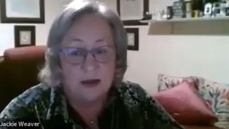 Jackie Weaver participant à la réunion du conseil paroissial de Handforth.  Pic: YouTube