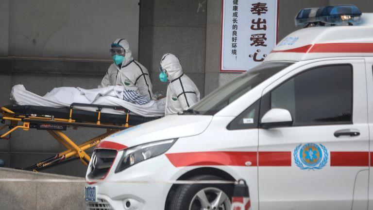 WUHAN, CHINE - 17 JANVIER: (CHINE OUT) Le personnel médical transfère les patients à l'hôpital Jin Yintan le 17 janvier 2020 à Wuhan, Hubei, Chine.  Les autorités locales ont confirmé qu'une deuxième personne dans la ville était décédée d'un virus de type pneumonie depuis le début de l'épidémie en décembre.  (Photo par Getty Images)