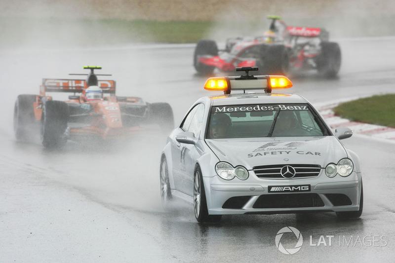 Markus Winkelhock, Spyker F8 VII mène derrière la voiture de sécurité