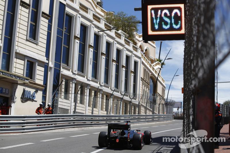 Stoffel Vandoorne, ART Grand Prix, passe sous un tableau 'VSC - Virtual Safety Car'