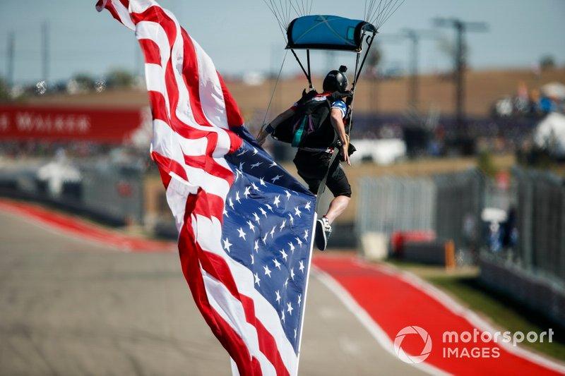 Airshow d'avant course, le drapeau américain arrive sur la grille de départ