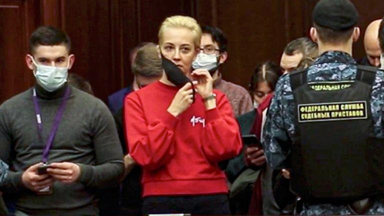 La femme d'Alexei Navalny, Yulia, au tribunal.  Pic: AP