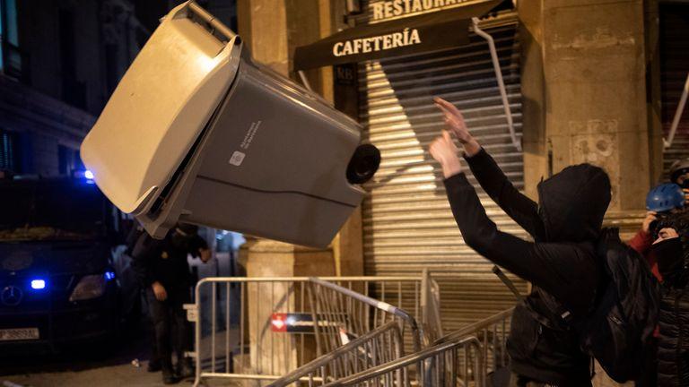 Les manifestants ont jeté des poubelles sur les policiers.  Pic: AP