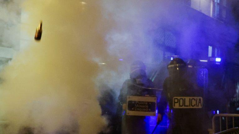 Une bouteille est lancée sur la police dimanche à Barcelone lors d'une sixième nuit de violentes manifestations.  Pic: AP