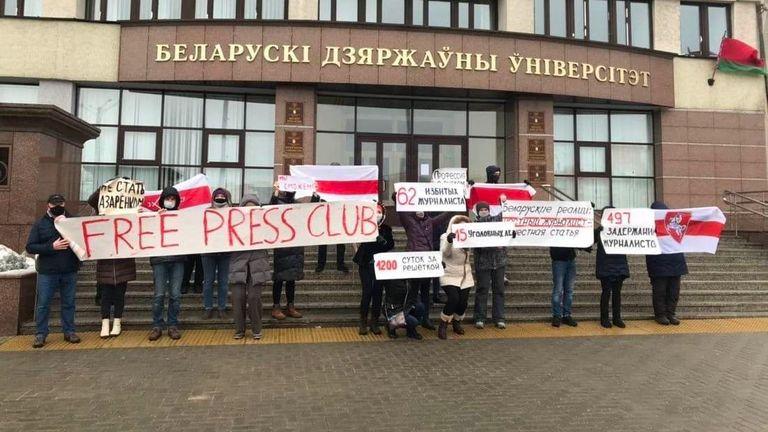 Une manifestation de soutien aux journalistes réprimés à l'Université d'État du Bélarus le mois dernier.  Photo: @belteanews