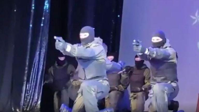 Les forces spéciales biélorusses dans une représentation sur scène à des lycéens