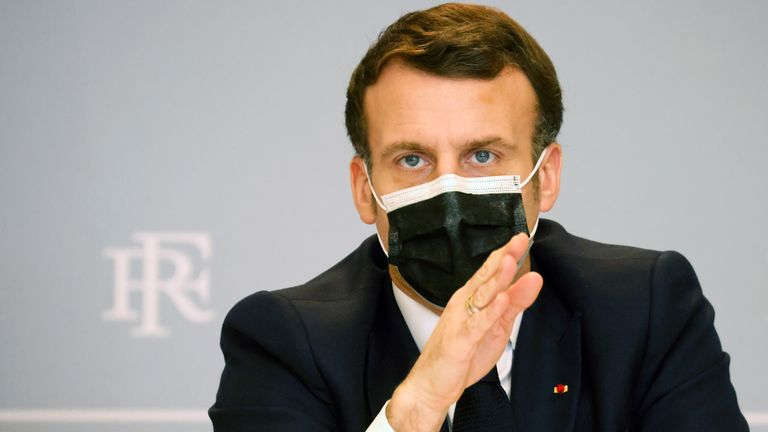 Le président français Emmanuel Macron fait des gestes en présentant l'accélération de la stratégie nationale de cybersécurité lors d'une vidéoconférence à l'Elysée à Paris, France le 18 février 2021. Ludovic Marin / Pool via REUTERS