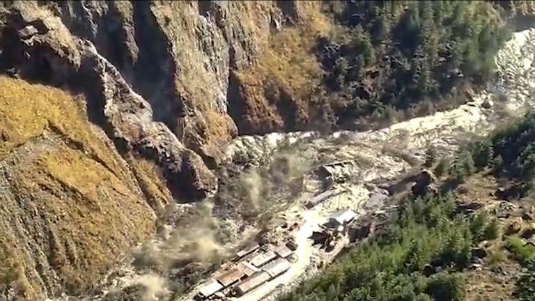 Des inondations d'eau, de boue et de débris coulant dans le district de Chamoli après qu'une partie du glacier Nanda Devi s'est rompue dans la région de Tapovan, dans le nord de l'État de l'Uttarakhand, en Inde.