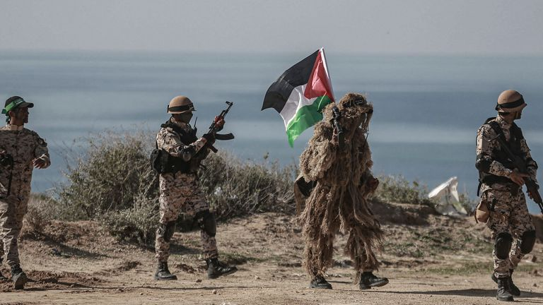Des militants palestiniens participent à un exercice militaire organisé par le Hamas et d'autres factions armées à Gaza