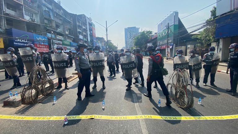 La police anti-émeute a été déployée dans les rues du Myanmar lors d'une manifestation de manifestants