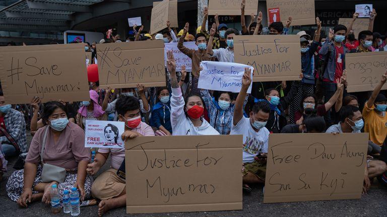 Les manifestants ont apporté des pancartes appelant à la justice pour le pays