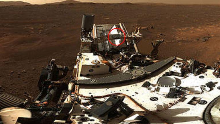 La plaque sur laquelle les noms sont portés est visible sur la planète rouge.  Pic: NASA