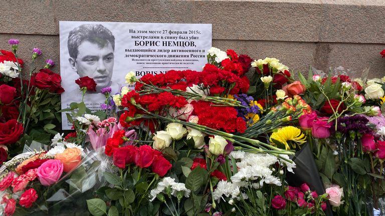 Les partisans de l'opposition ont placé une fleur sur un mémorial de fortune pour Boris Nemtsov
