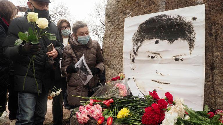 Les autorités de Moscou continuent de démonter le mémorial et ont arrêté des personnes essayant d'y placer des fleurs
