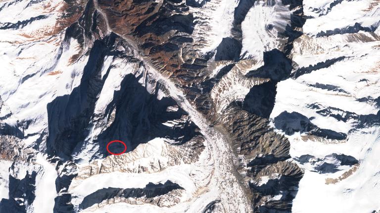 Une fissure s'était formée dans le flanc du pic.  Crédits: SentinelHub