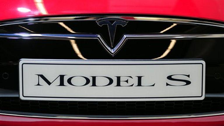 ARCHIV - Das Logo des Automobilausstellung Tesla, aufgenommen am 10.09.2013 beim Pressetag auf der Internationalen Automobilausstellung (IAA) à Francfort (Hessen) an einem «Model S» -Fahrzeug.  Photo par: Daniel Reinhardt / photo-alliance / dpa / AP Images