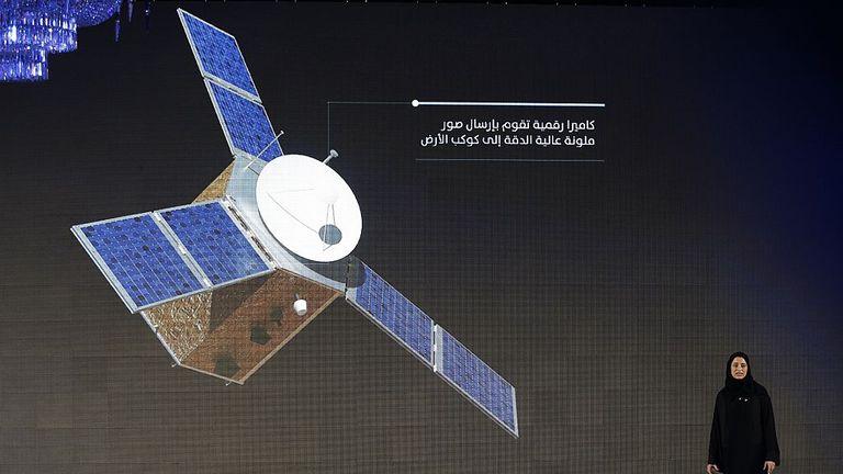 Sarah Amiri, chef de projet adjointe de la mission Mars des Émirats arabes unis (EAU), monte sur scène lors d'une cérémonie de dévoilement de la mission le 6 mai 2015 à Dubaï.  La mission des EAU sur Mars vise à fournir une image globale de l'atmosphère martienne à travers une sonde nommée Al Amal qui sera lancée en juillet 2020 pour atteindre Mars en 2021, selon les ingénieurs impliqués dans le projet.  AFP PHOTO / KARIM SAHIB (Crédit photo doit lire KARIM SAHIB / AFP via Getty Images)