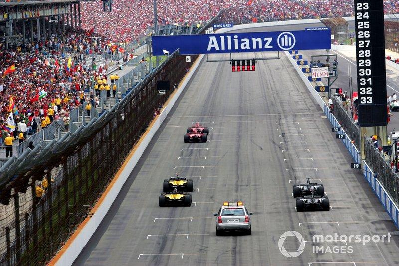 Le départ de la course avec seulement six voitures