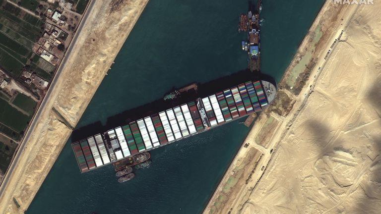Nouvelles images du navire Ever Given coincé dans le canal de Suez.  Image satellite © 2021 Maxar Technologies