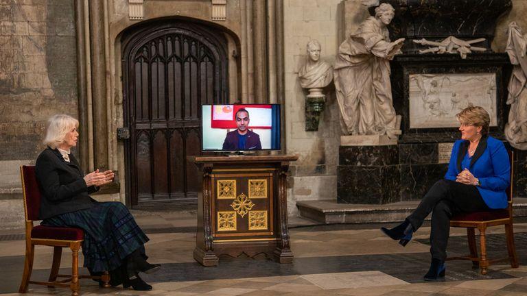 SAR la duchesse de Cornouailles parle à Clare Balding, de la BBC dans une interview à Poets Corner, abbaye de Westminster avant le Commonwealth Day 2021. Pic: Westminster Abbey / Picture Partnership