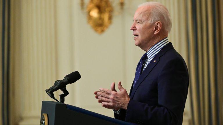 Le président américain Joe Biden fait des remarques de la part de la Maison Blanche après l'adoption de sa législation de secours en cas de pandémie de coronavirus au Sénat, à Washington, aux États-Unis, le 6 mars 2021. REUTERS / Erin Scott