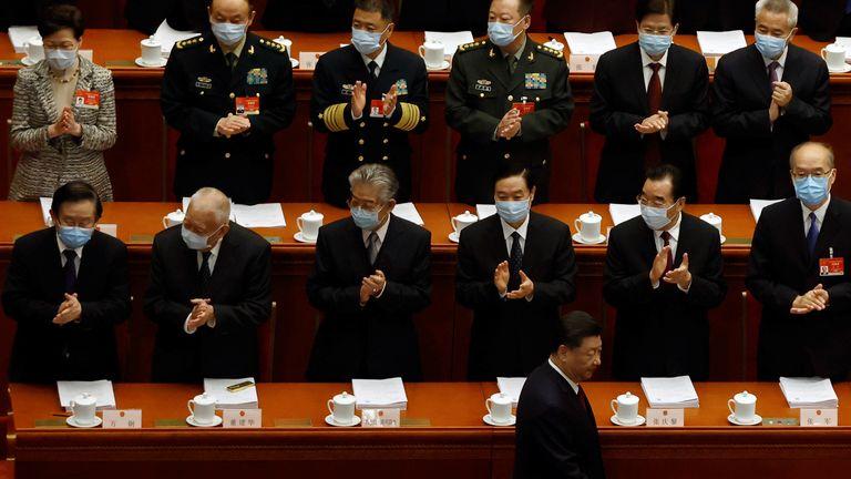 Le dirigeant chinois Xi Jinping est applaudi à son arrivée au Congrès national du peuple à Pékin.  La directrice générale de Hong Kong, Carrie Lam, est visible en haut à droite