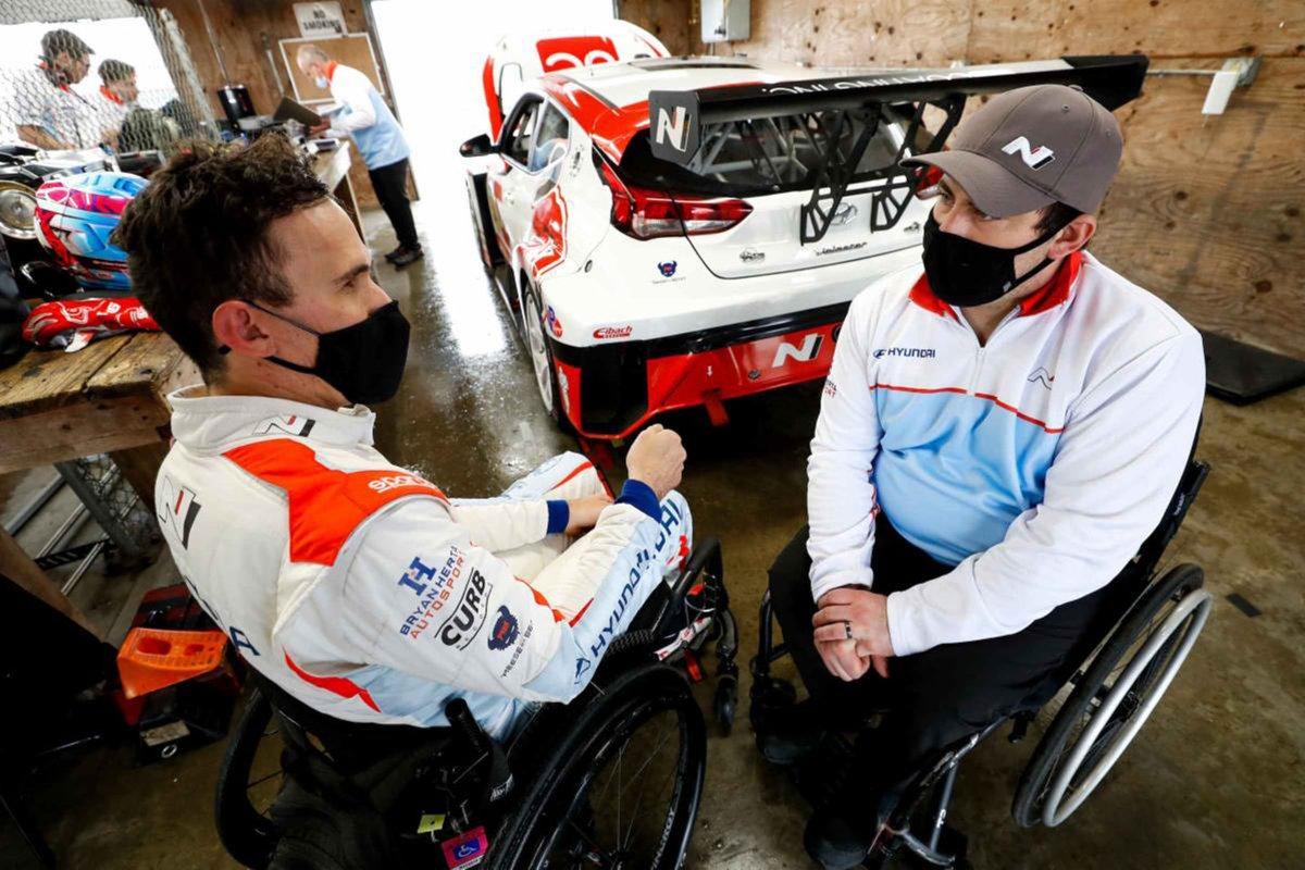 Wickens avec Michael Johnson, pilote régulier de la Hyundai Veloster dirigée par la BHA.