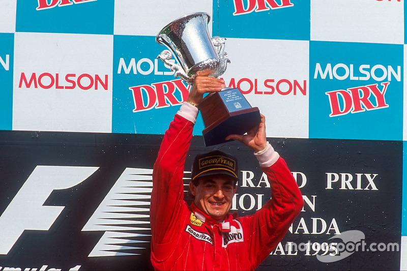 Jean Alesi, 1ère position, célèbre sa première victoire en Grand Prix sur le podium