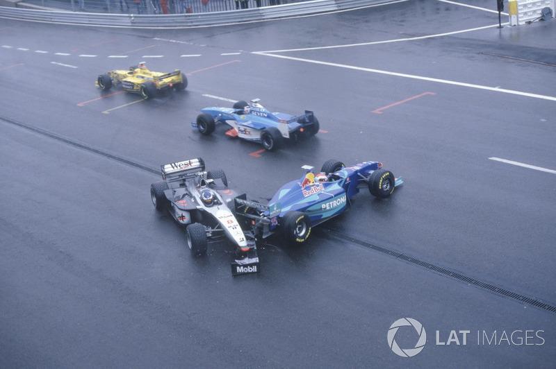 Mika Hakkinen, McLaren MP4/13, a été percuté par Johnny Herbert, Sauber C17 à la sortie de La Source