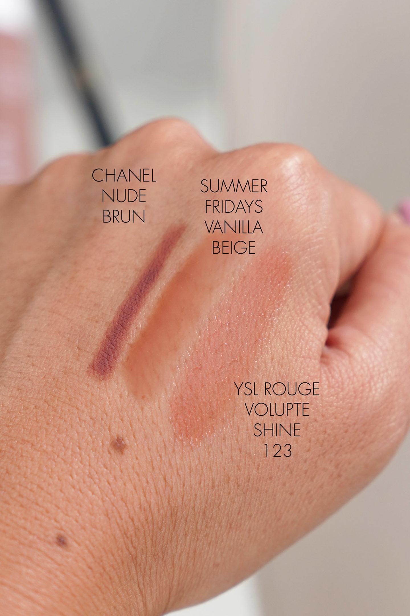 Crayon à lèvres Chanel en Brun Nude, Baume à lèvres Summer Fridays Vanilla Beige, YSL Rouge Volupte Shine 123 échantillons