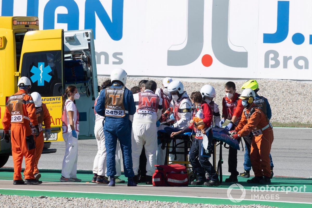 Tom Sykes emmené en ambulance après sa collision avec Lucas Mahias