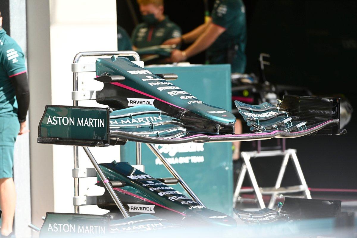 Détail du nez et de l'aile avant de l'Aston Martin AMR21